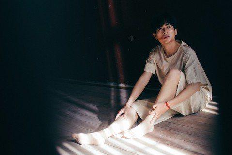 在電影「比悲傷更悲傷的故事」中飾演小K的石知田,這此在客家電視「日據時代的十種生存法則」中飾演以台灣新文學之父–賴和為形象的角色。有別於在電影裡詮釋內心的悲傷,在「日」劇的傷是「外在的傷」,因為劇情...