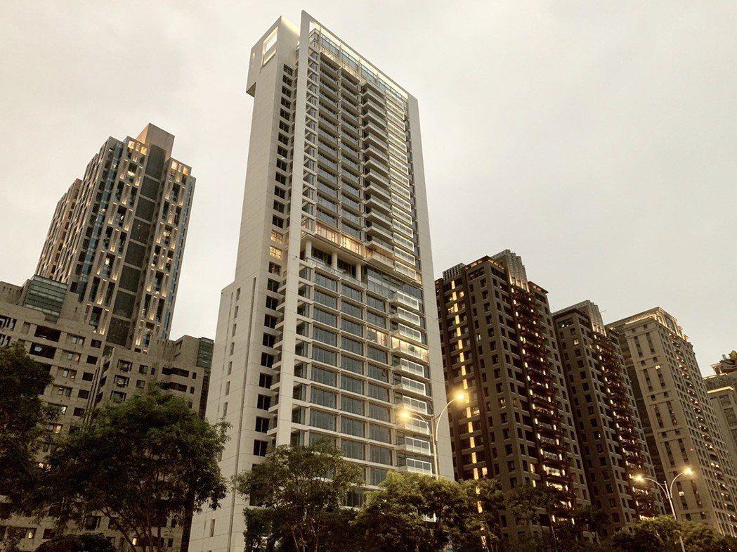 大陸建設信義計畫區首座豪宅代表作「55Timeless琢白」。記者黃阡阡/攝影