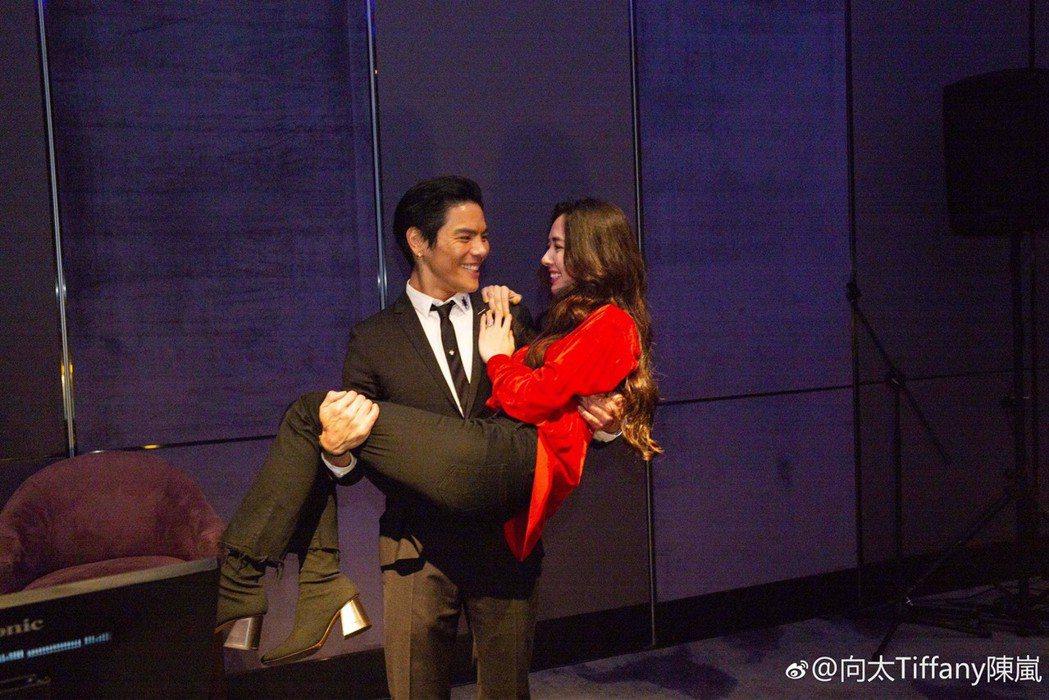 向佐向郭碧婷求婚成功。圖/摘自向太微博
