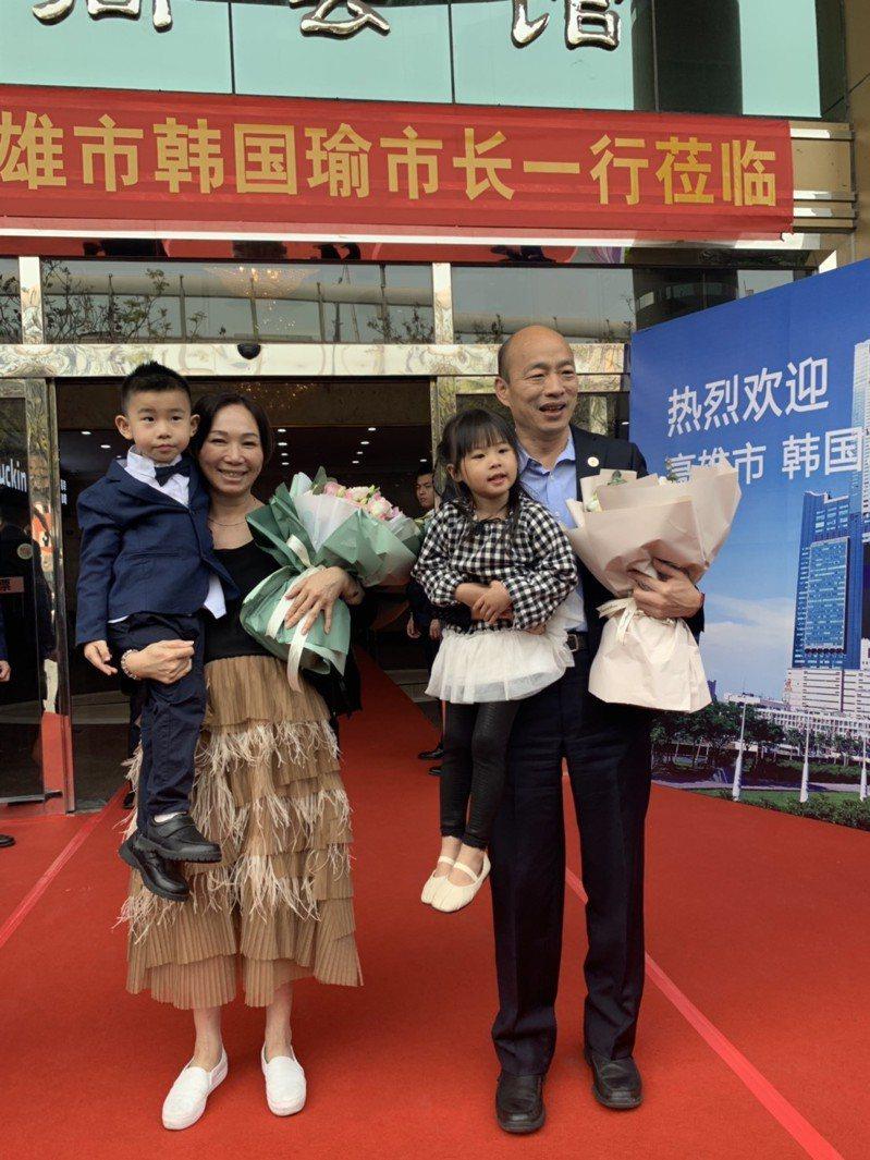 高雄市長韓國瑜今日赴廈門市台商協會參加座談,台商安排小朋友獻花,逗樂了韓國瑜與李佳芬。圖/高雄市政府提供