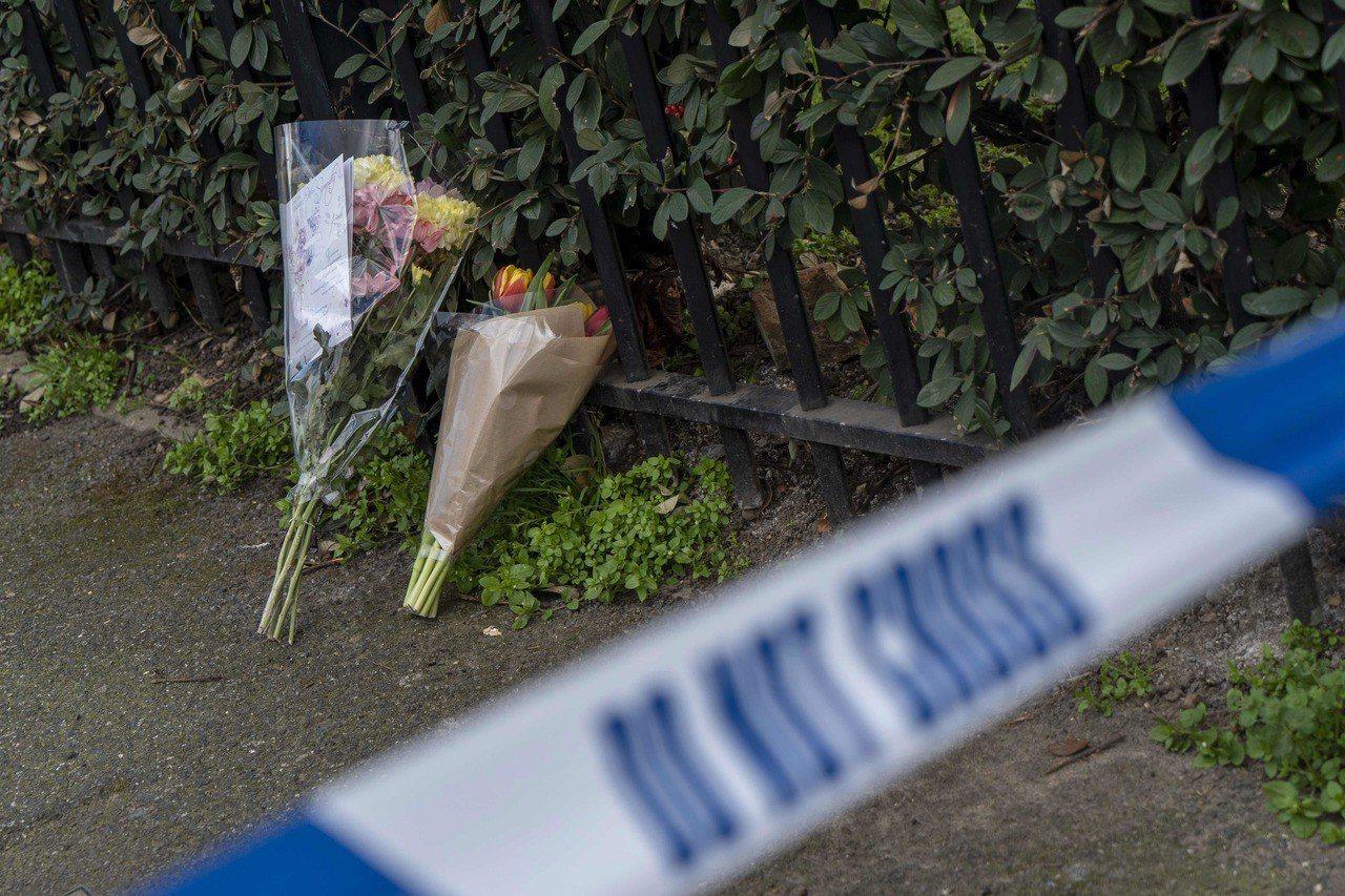 倫敦東區本月上旬有路人當街遭刀刃刺殺身亡,有民眾獻花致哀。法新社