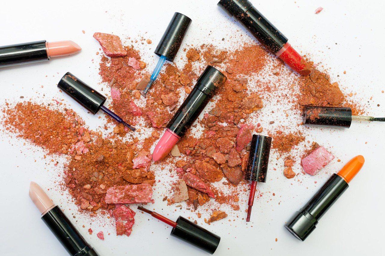 買唇膏不是喜歡的顏色就亂買,還是要請洽專業的彩妝師幫妳判定。圖/摘自 pexel...