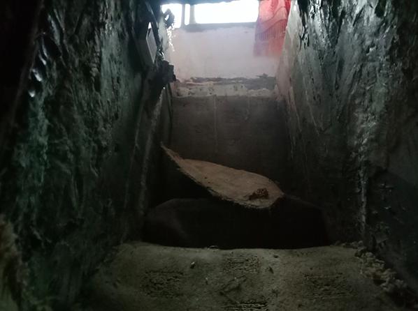 女學生被囚禁地洞口。 澎湃新聞