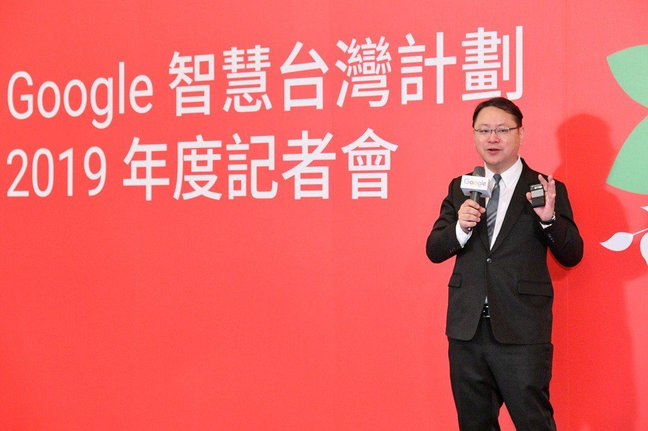 Google台灣與香港行銷副總經理利啟正展示最新上線產品。圖/Google台灣提...