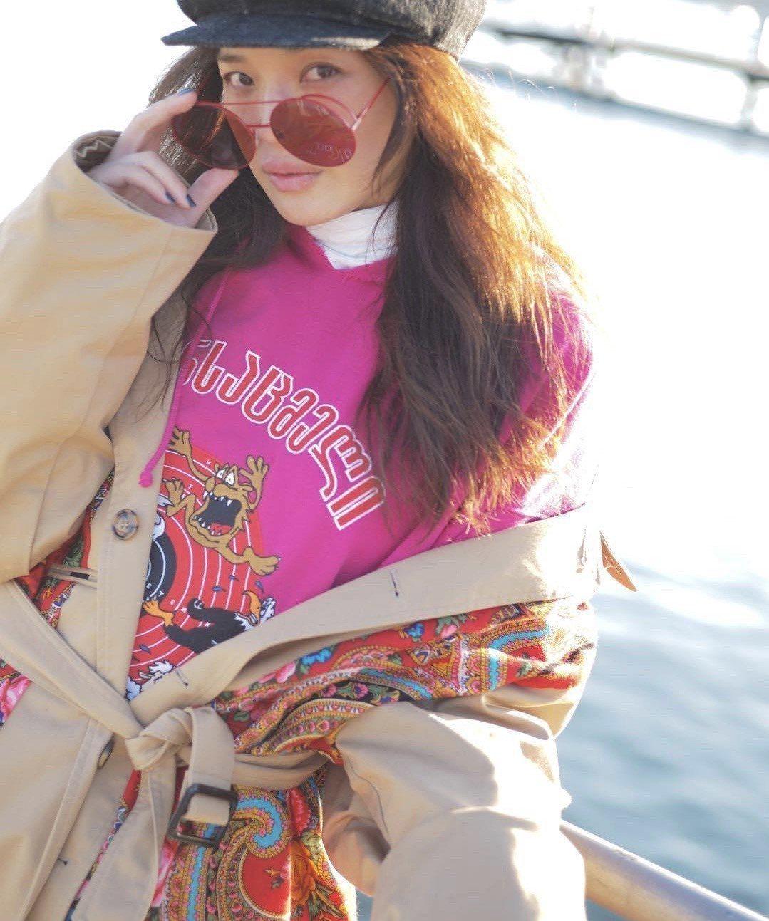 女神舒淇也於在瑞士街拍時,配戴了Fendi Runaway系列紅色太陽眼鏡,搭配...