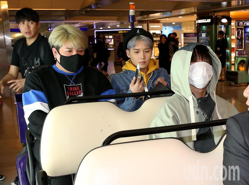 南韓團體SJ的部分成員,27日晚間搭機抵達桃園機場。記者陳嘉寧/攝影