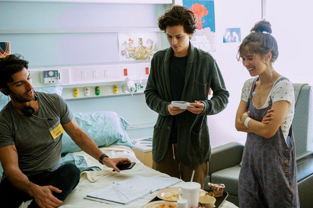 賈斯汀巴爾多尼(左起)指導寇爾史普洛茲、海莉盧理查森演出「愛上觸不到的你」。圖/...