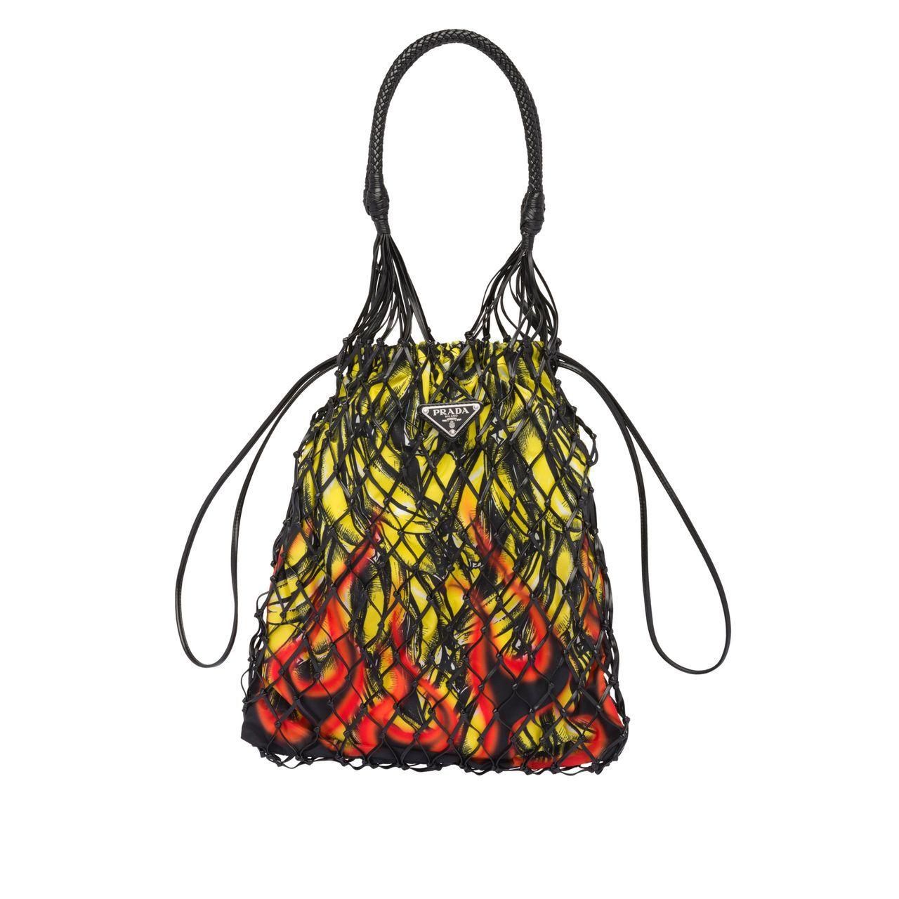 台中大遠百獨家經典香蕉火焰圖紋皮革編織網帶,33,000元。圖/PRADA提供