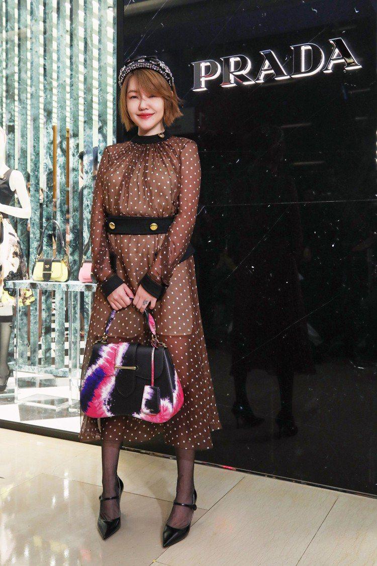 身穿透視感的圓點洋裝搭配奢華的髮箍小S,自封很有「貴婦味」。圖/PRADA提供