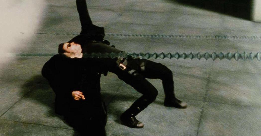「駭客任務」今年滿20周年,這一幕成為影史經典。圖/摘自imdb