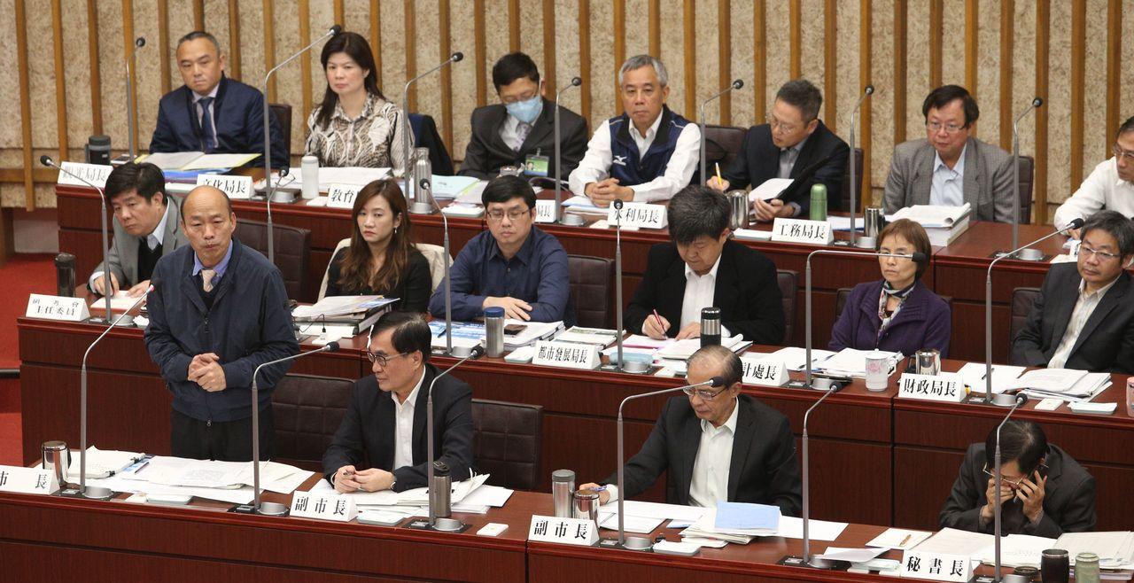 高雄市長韓國瑜(前左一)返回高雄市之後,4月1日和2日將向高市議會定期大會作施政...
