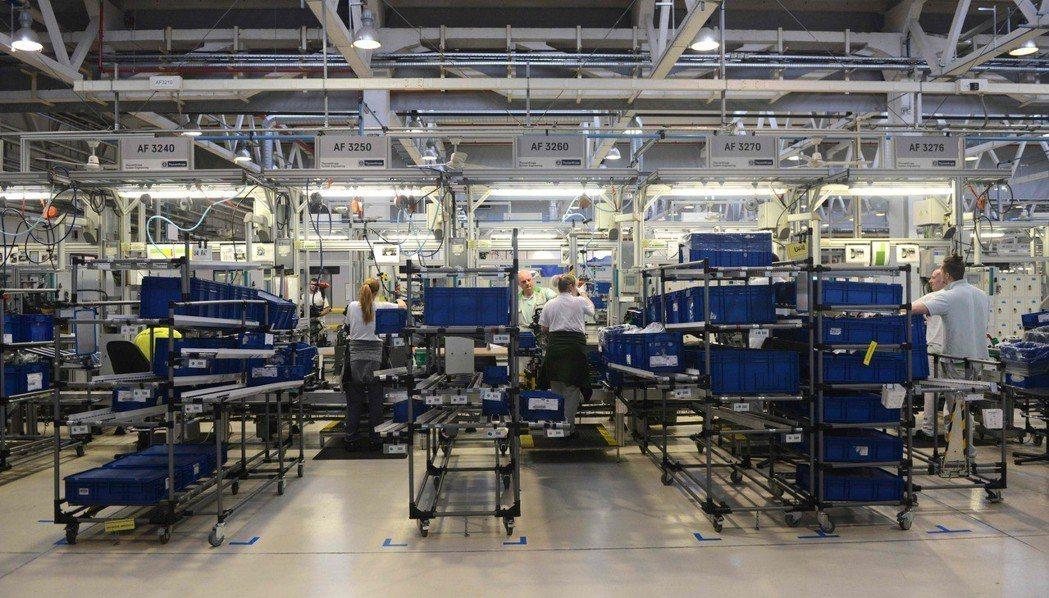 歐盟通過新規定,2022年起新車須加裝限速裝置,圖為捷克的Skoda車廠。(法新...