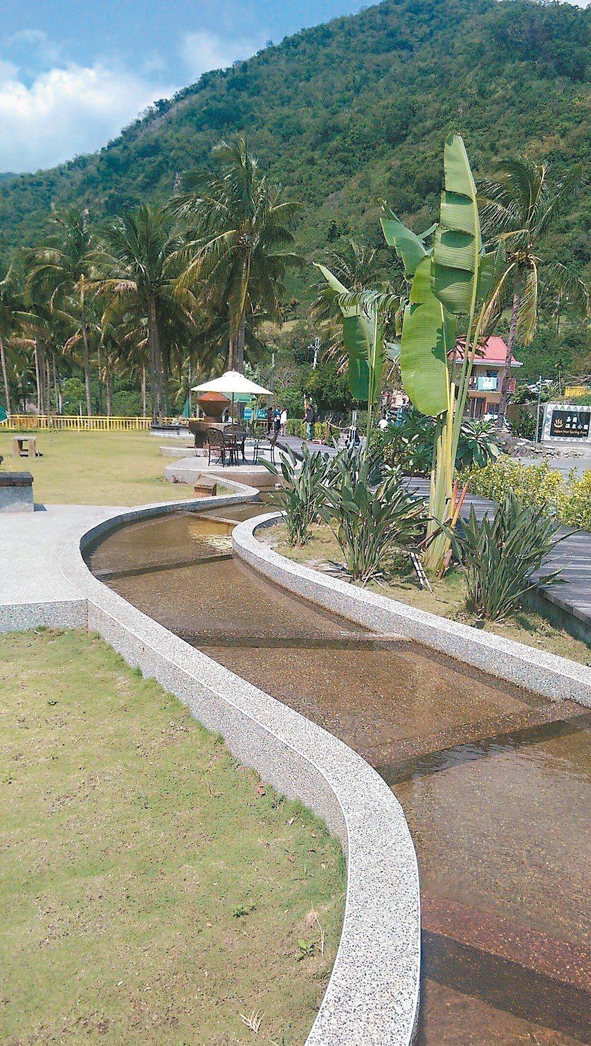 嘉蘭溫泉公園泡腳池採用百步蛇形狀設計,可以一邊泡腳一邊看遠處風景。 記者尤聰光/...