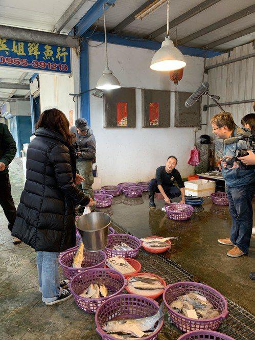 涂月華會提著奶奶用過的白鐵桶,去漁港買魚。 記者黃昭勇/攝影