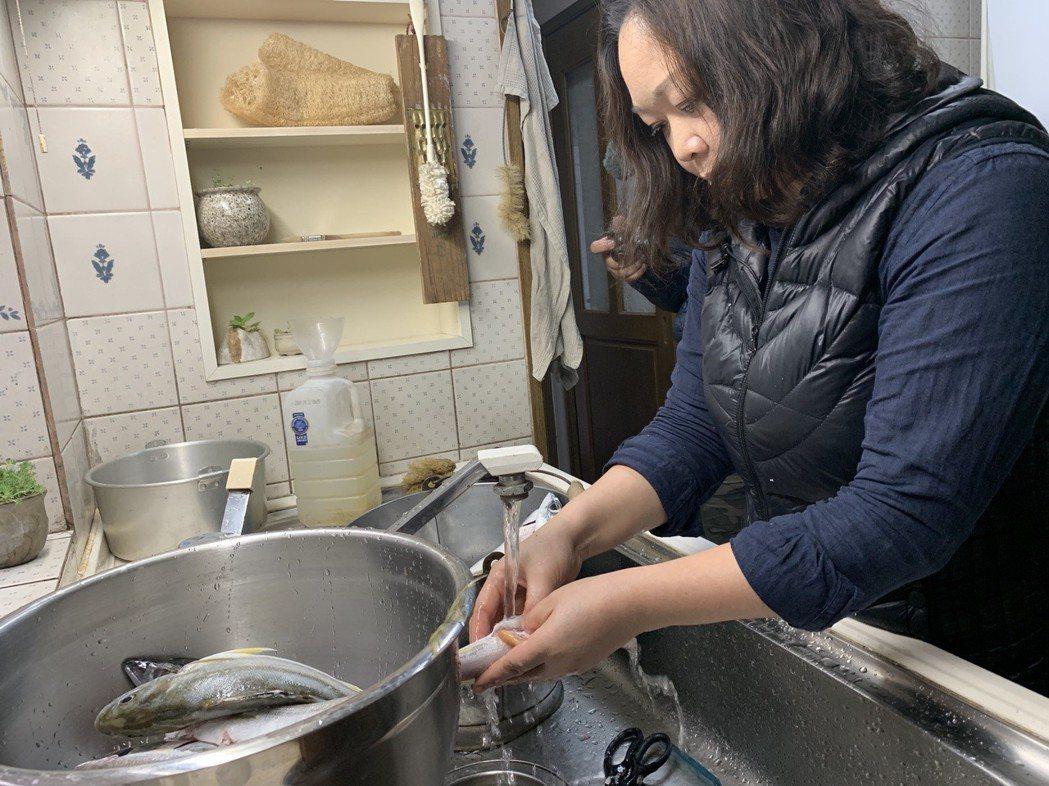 涂月華大概花了一個半小時才將魚清洗乾淨。 記者黃昭勇/攝影