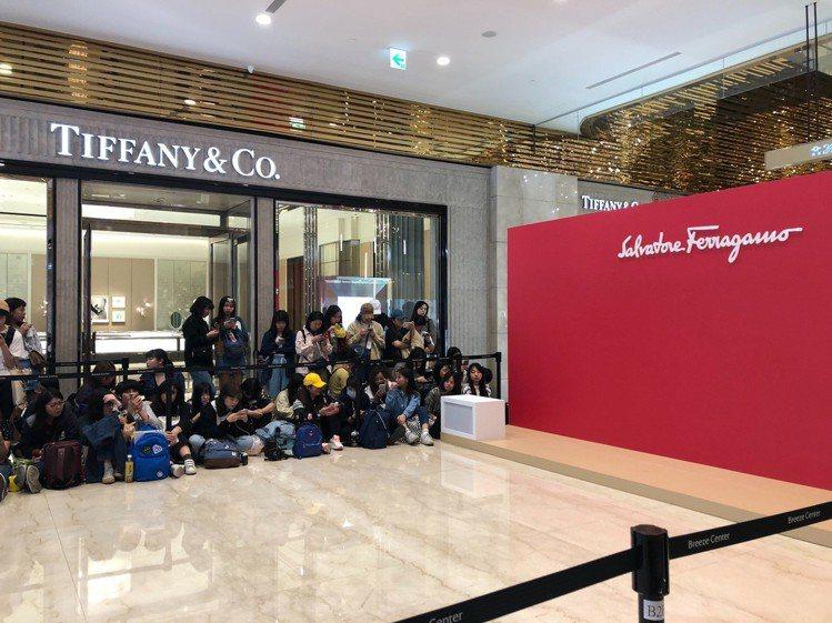 今天下午始源將現身Ferragamo微風信義店的開幕活動,目前已經有5、60名粉...