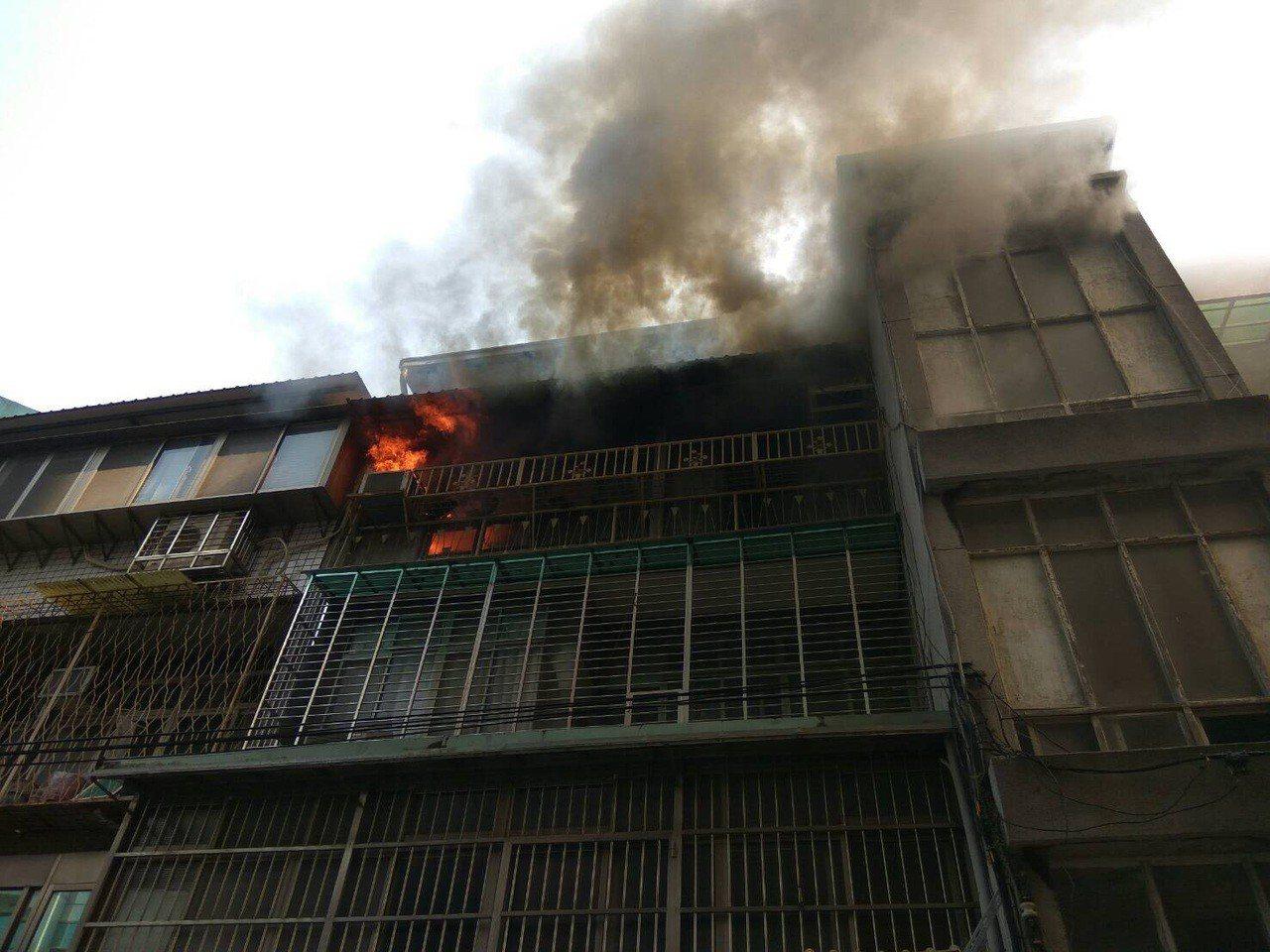 南京東路5段巷弄內民宅4樓起火,燃燒面積約35平方公尺。記者蕭雅娟/翻攝