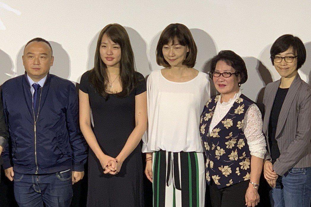 韓冰(右二)出席「握三下我愛你」首映會。記者楊起鳳/攝影