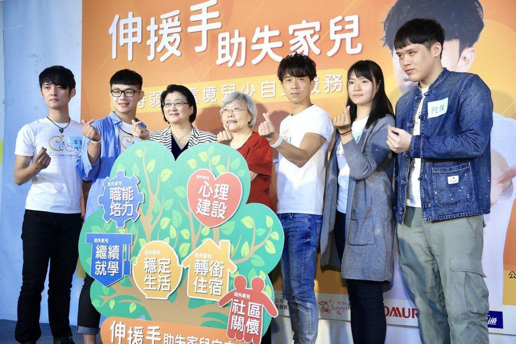 光良(右三)昨天出席CCSA中華育幼機構兒童關懷協會「伸援手助失家兒」公益記者會...