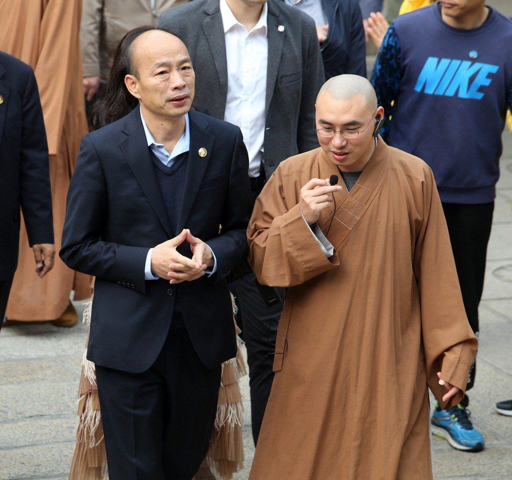 高雄市長韓國瑜一進入廈門南普陀寺,就虔誠比起佛教參拜手勢。 圖/聯合報系資料照片