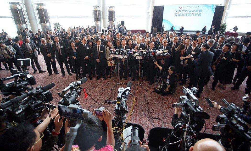 高雄市長韓國瑜出訪香港,媒體採訪陣容龐大。 圖/聯合報系資料照片