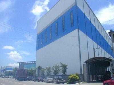 晉禾企業岡山廠佔地數千坪、高達5、6層樓的巨大倉儲,是該公司供貨樞紐。 報系資料...