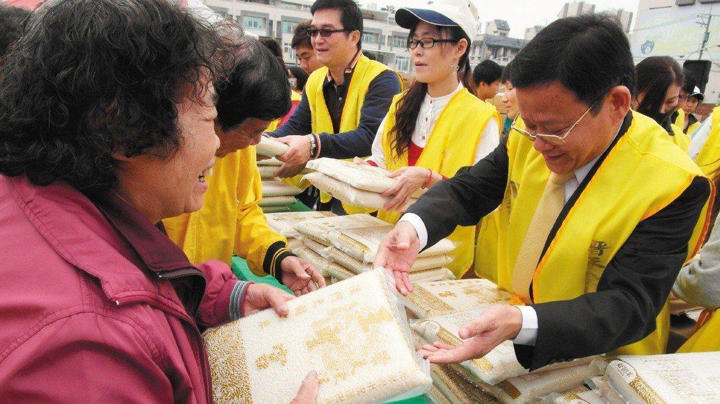 2012年11月,蔡永裕發放白米給有需要的人,在高雄市湖內區共送出1萬包白米,現...