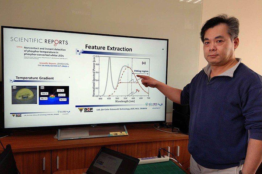 中央大學光電系教授楊宗勳指導學生進行白光LED光譜分析。 中央大學/提供