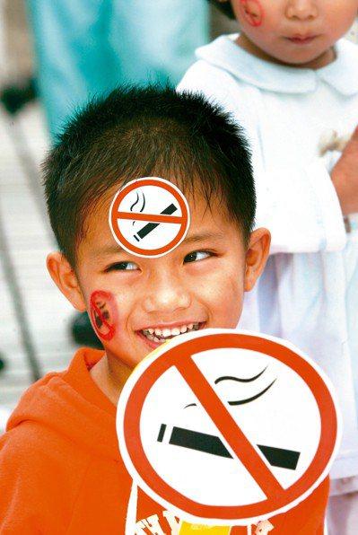 衛福部國健署調查顯示,民國98年至106年間,家庭二手菸暴露率自20.8%上升至...