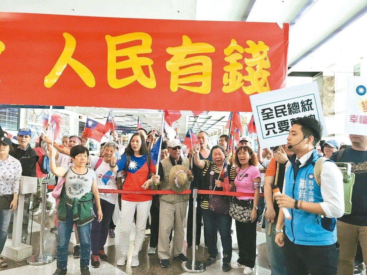 有兩、三百名韓粉到高雄機場接機。 記者劉星君/攝影