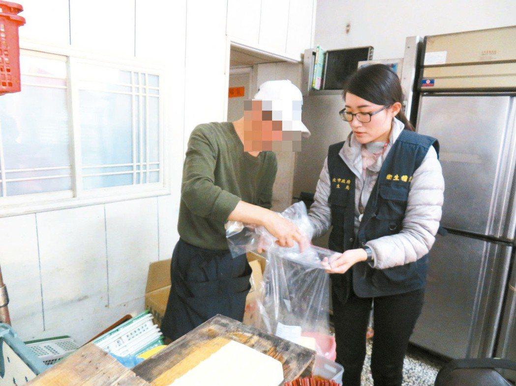 衛生局人員到三重清粥小菜抽驗豆腐。 圖/新北市衛生局提供