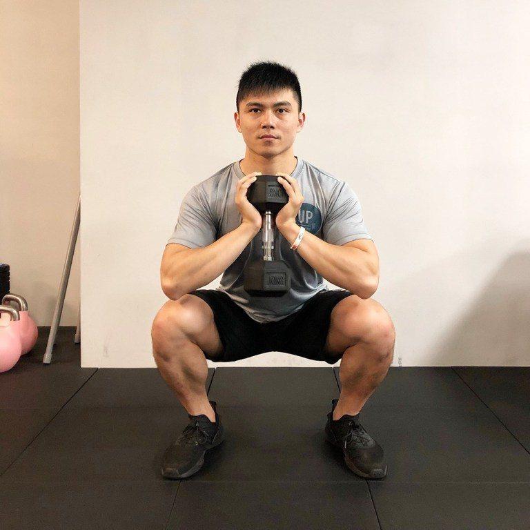 高腳杯深蹲,由悍草訓練的 Carter 教練示範 圖片提供/好痛痛