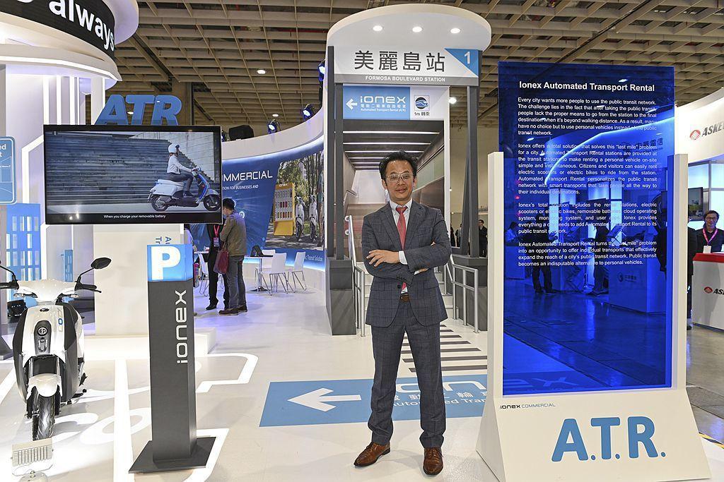 KYMCO「Ionex智慧自助租賃(ATR)」解決方案,以捷運車站為服務核心據點,設置電動二輪車自助租賃站,提供市民及遊客電動車、電動自行車使用,透過完整使用者App雲端營運系統,即能完成租賃代步。 圖/KYMCO提供