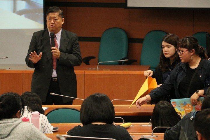 國際企業系王耀毅主任(左一)介紹實習廠商同學踴躍參與。 中臺科大/提供。