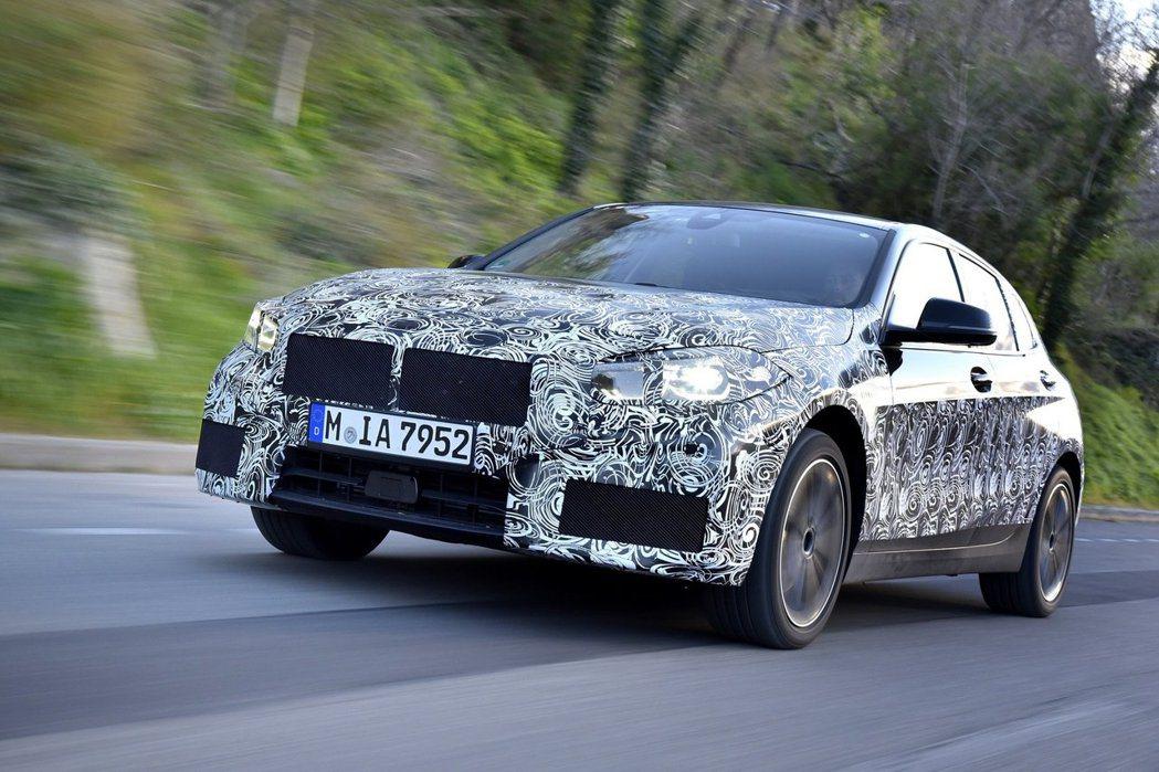 新世代BMW 1 Series已經是輕度偽裝的狀態,代表發表在即了。 摘自BMW