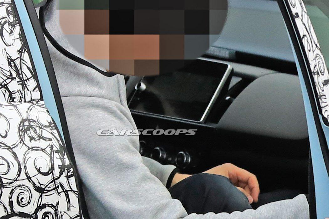 在車載娛樂螢幕下方三顆相當明顯的空調按鈕。 摘自carscoops