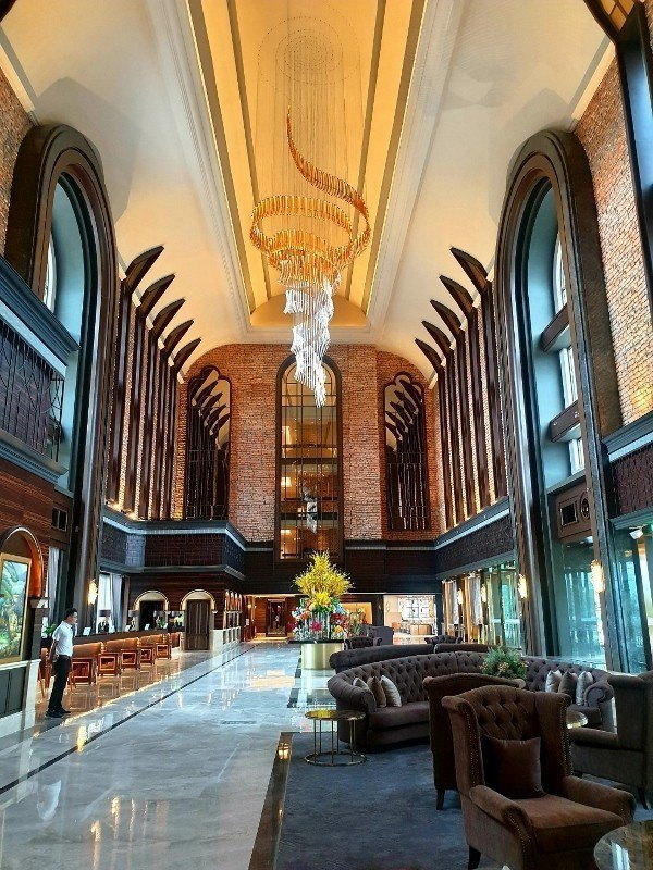 挑高27米的全台最高飯店大廳,天花板吊燈是來自歐幻的LASVIT華麗水晶燈。 徐...