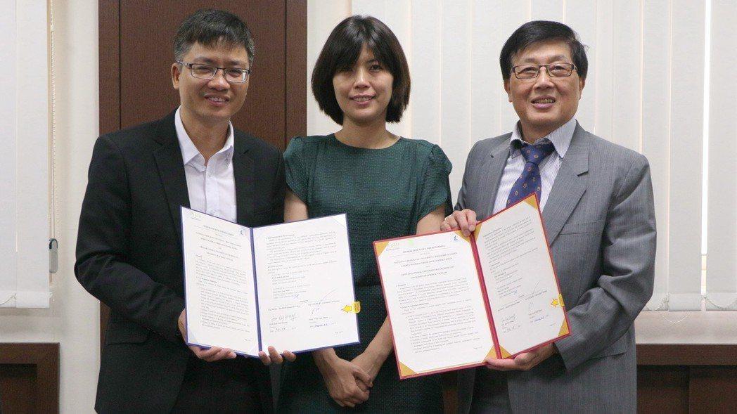 越南胡志明市自然科學大學科技處主任Tran Van Man教授(左起)、成大國際...