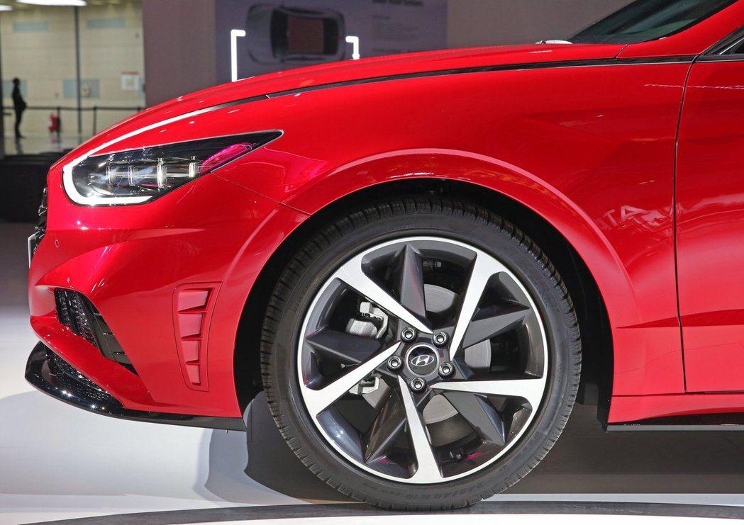 Hyundai Sonata Turbo搭配雙色鋁圈。 摘自Hyundai