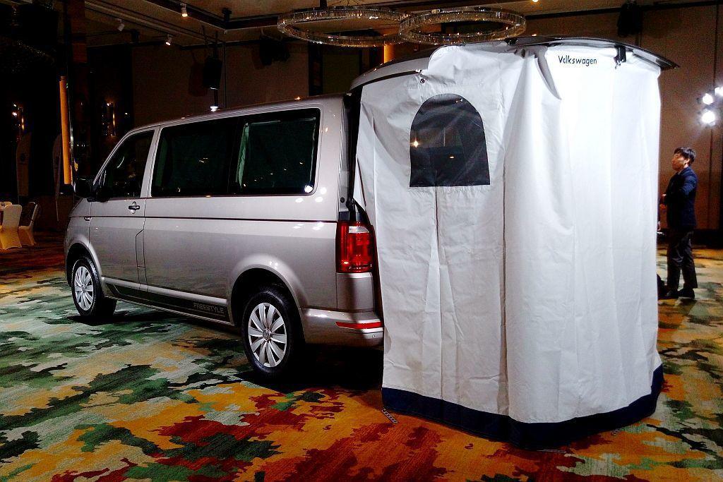 「晚安套件」包含後座車艙遮陽簾、臥舖罩及後艙第三排座下方的專屬儲物空間,還有尾門隔板內巧妙收納的帳篷。 記者張振群/攝影