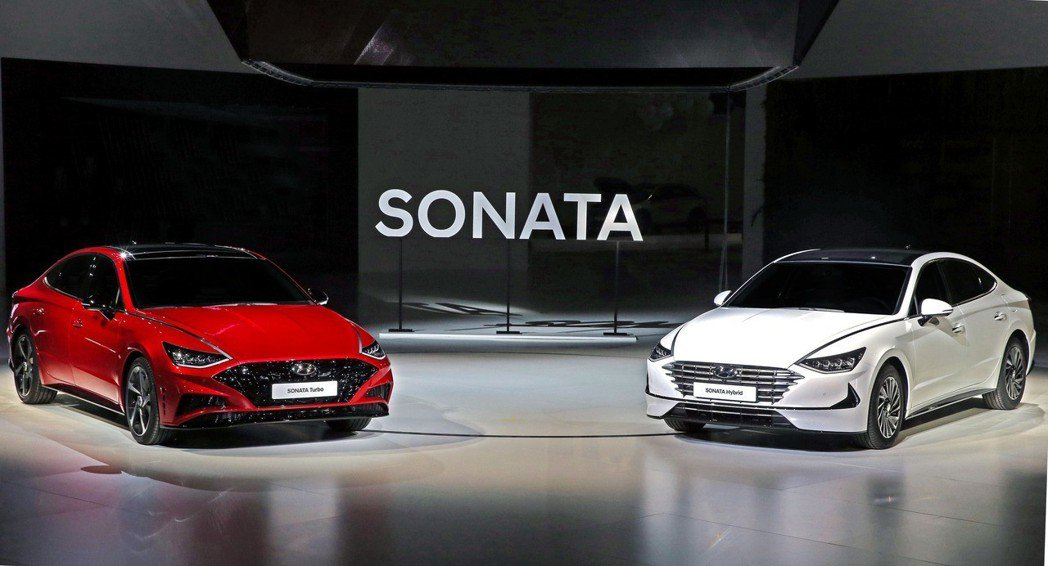 韓版Sonata Hybrid還配置了「太陽能板車頂」。兩種新動力車型將分別在今...