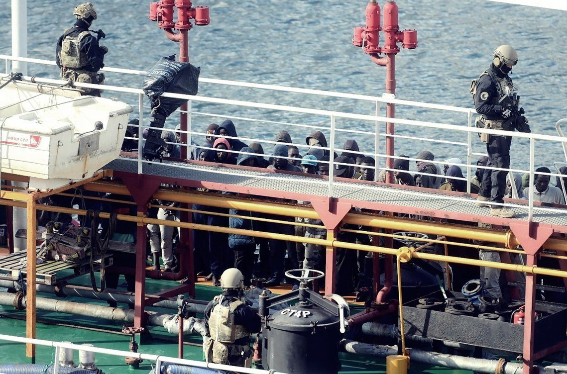 地中海南方海域,27日晚間傳出難民挾持貨輪救援船的重大事件。 圖/法新社