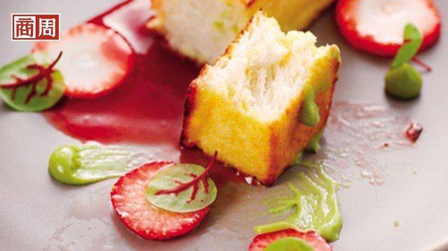 最符合季節風格的甜點「草莓、波特酒、西班牙吐司」,像是把春天裝在盤子裡一般。 攝...