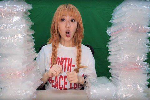 抖音網紅「美麗妄娜」從今年1月中轉當YouTuber,開始經營YouTube頻道,曾發過挑戰摩斯漢堡全餐、喝101瓶養樂多等短片,直率無厘頭的風格,讓她開頻道2個多月,已有8萬多訂閱,不過她最新一支...