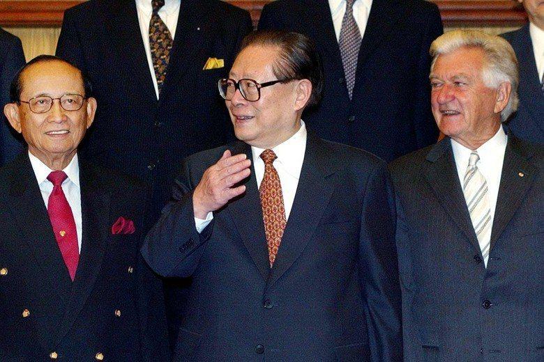 前澳洲總理鮑勃.霍克(右)開啟了澳洲與中國的友好關係。左為前菲律賓總統羅慕斯、中為前中國國家主席江澤民。 圖/美聯社