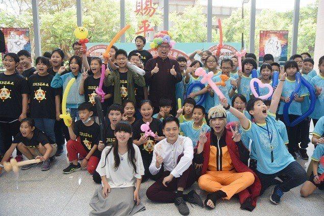 國父紀念館館長梁永斐戴造型氣球頭飾與參加活動的小朋友快樂合影。 國父紀念館/提供