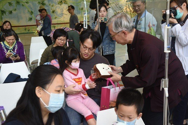 國父紀念館館長梁永斐贈送兒童節禮物給前來參加活動的住院小朋友。 國父紀念館/提供
