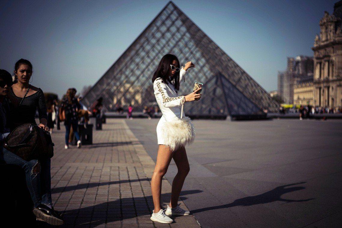 巴黎羅浮宮的「金字塔」入口,是全世界遊客的打卡聖地。但在建築之初,卻被巴黎市民罵...