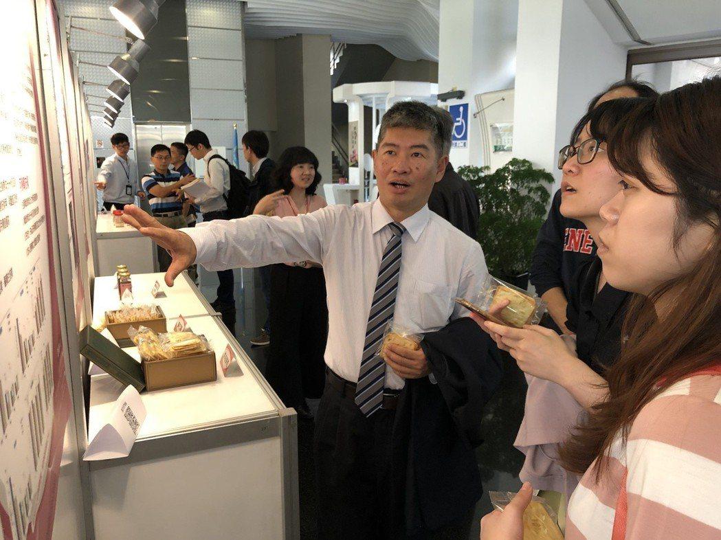 謝松源副主任對業者技術說明。 食品所/提供。