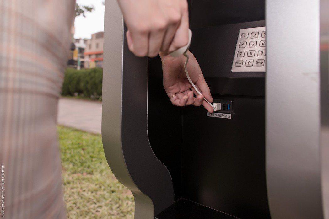 多媒體資訊站提供多樣服務功能,其中一項是USB充電。 光明遠大/提供